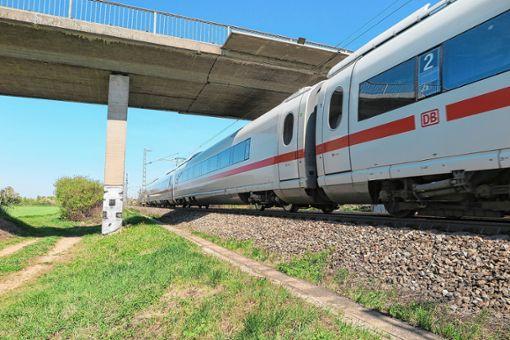 Die Auggener Bahnüberführungen müssen abgerissen und neu errichtet werden. Die Tieflage wird damit unwahrscheinlicher. Foto: Beatrice Ehrlich