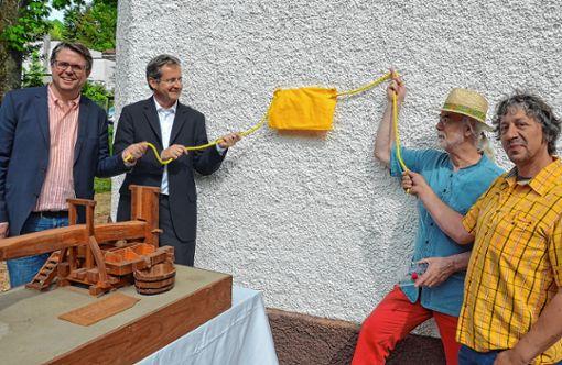 """Bürgermeister Tobias Benz (von links), Cornelius Wittal (Roche Pharma), Kurt Paulus und Peter Weber  enthüllten gemeinsam die Gedenktafel am """"Emilianum"""".   Foto: Manfred Herbertz Foto: Die Oberbadische"""