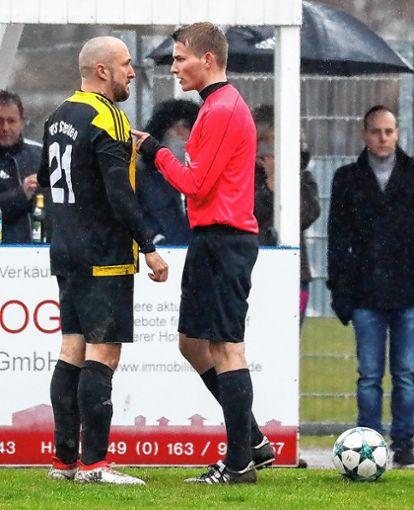 Anpfiff: Der künftige Regionalliga-Schiri Jonas Brombacher (rechts) nimmt sich hier Sascha Müller, Spielertrainer des TuS Lörrach-Stetten, zur Brust.     Foto: Grant Hubbs Foto: Die Oberbadische