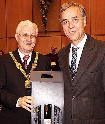 Oberbürgermeister Wolfgang Dietz (l.) würdigte Basels scheidenden Regirungspräsidenten Guy Morin. Foto: Weiler Zeitung