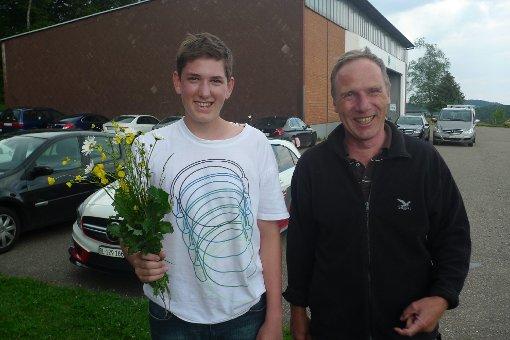 Steven Probst mit Fluglehrer Hanfried Hesselbarth und Freiflugstrauß  Foto: zVg Foto: Markgräfler Tagblatt