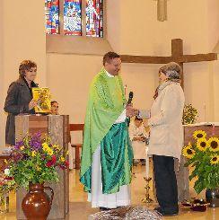 Pfarrer Thorsten Becker dankt der scheidenden Elisabeth Gräßlin. Links Gemeindereferentin Rita Sprich.             Fotos: zVg Foto: Die Oberbadische