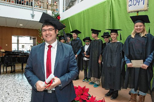 Bei der  offiziellen Amtseinführung von Amadeus Saier als Leiter der Alemannen-Realschule überraschten die Schüler mit einer witzigen Zeitreise.     Foto: Volker Münch Foto: Weiler Zeitung