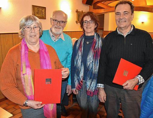 Ingeborg Brugger ( links) und Klaus Weber (rechts) wurden von  Willi Hundorf und Eveline Klein für 25 Jahre Mitgliedschaft in der SPD geehrt.  Foto: Heinz Vollmar Foto: Die Oberbadische