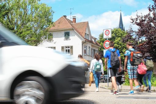 An dieser Stelle  überqueren Waldorfschüler und die Schüler des THG täglich die Schwarzwaldstraße zur Steinhäußlerstraße hin - weshalb das Jupa einen Zebrastreifen fordert.   Fotos: Anja Bertsch Foto: Markgräfler Tagblatt