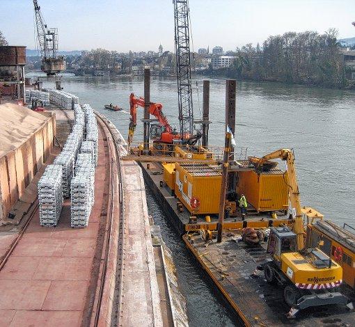 Aktuell wird der Rheinfelder Rheinhafen saniert, um ihn fit für die Zukunft zu machen. Die Firma Rhenus Logistics investiert rund 1,5 Millionen Euro.  Foto: Gerd Lustig Foto: Die Oberbadische