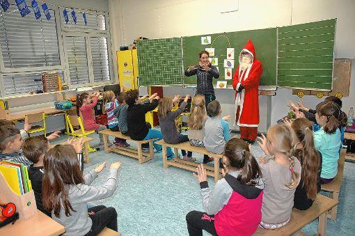 Der Nikolaus überraschte  die Schüler der Max-Metzger-Schule im Unterricht.   Foto: zVg Foto: Markgräfler Tagblatt