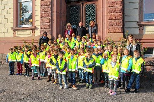 90 Grundschüler erhielten Sicherheitswesten vom MSC.   Foto: Anja Bertsch Foto: Markgräfler Tagblatt