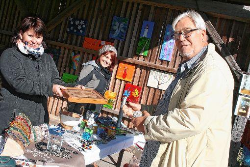 Manches Kleinod wechselte beim Dorfflohmarkt den Besitzer.     Foto: Ralph Lacher Foto: Markgräfler Tagblatt