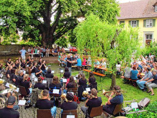 """Das Kirchengemeindefest war diesmal ein """"Bänklifest"""" anlässlich der offiziellen Übergabe der neuen Bank an der Pfarrhauslinde an die Bürger. Foto: Jutta Schütz Foto: Weiler Zeitung"""
