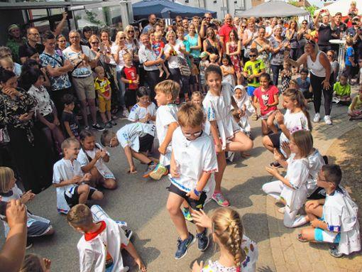 """Bunt, lustig und fantasievoll mit Tanz und Gesang war das """"Internationale Schulfest"""" der   Sonnenrainschule in Rheinweiler.    Foto: Jutta Schütz Foto: Weiler Zeitung"""