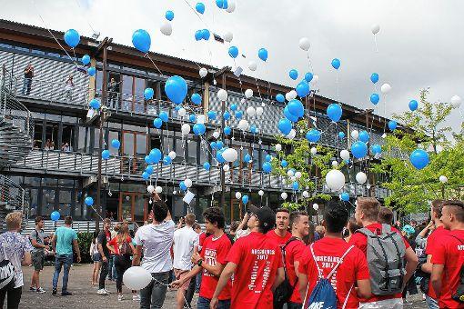 Besondere Ballonaktion: Absolventen schickten ihre Wünsche und Ziele in die Luft.  Foto: Lara Hackmann Foto: Die Oberbadische