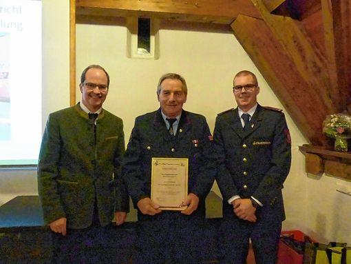 Ein neues Ehrenmitglied: Karl-Friedrich Sprich (Mitte) mit Bürgermeister Christian Renkert  (l.) und Matthias Meisinger Foto: Weiler Zeitung