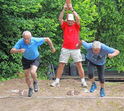 Und los! Die beiden Athleten geben Gas.    Fotos: Gerd Lustig Foto: Die Oberbadische