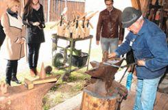 Freddy Funke in der Schmiede. Links Angelika Hölzel und Johanna Altvater. Fotos: Heiner Fabry Foto: Markgräfler Tagblatt