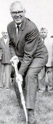 Der damalige Vorsitzende Fritz Gisy beim Spatenstich im Grütt am 30. September 1964  Foto: zVg/RWL-Chronik Foto: mek