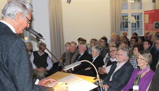 Friedrich Graf zu Dohna während seines Vortrags im völlig überfüllten Hebelsaal   Foto: Guido Neidinger Foto: Die Oberbadische