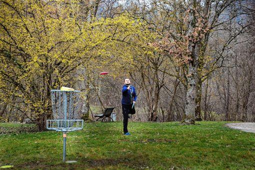 """Rund 130 internationale Disc-Golf Spieler wetteiferten am Wochenende im Lörracher Grütt  in freundschaftlicher Atmosphäre um den Sieg im 15. """"Chili Open"""".    Foto: Silvia Waßmer     Foto: Foto: Die Oberbadische"""