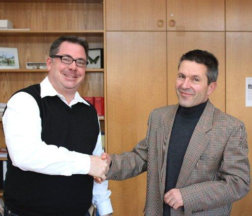 Kreis-Bildungsdezernent Thomas Mücke (r.) und Harald Kleinhans (Messeorganisation) unterzeichneten.   Foto: zVg Foto: Die Oberbadische