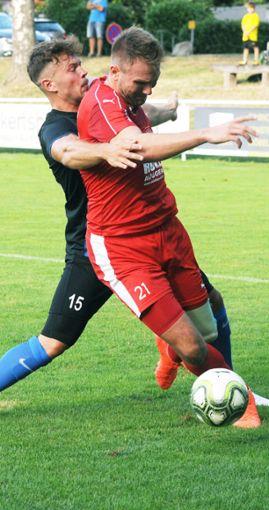 Nils Mayers (r.)  beide Treffer nützen nichts. Der FC Auggen startet mit einer 2:3-Heimniederlage.   Foto: Uli Nodler Foto: Die Oberbadische