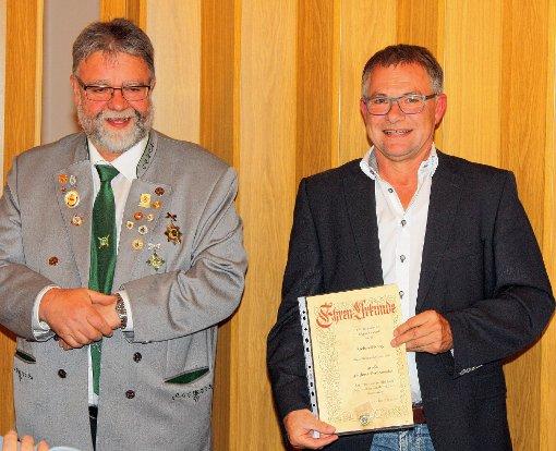 Für 40-jährige Mitgliedschaft  wurde Richard Renz (rechts) von  Oberschützenmeister Siegfried Woywod ausgezeichnet.               Foto: zVg Foto: Markgräfler Tagblatt