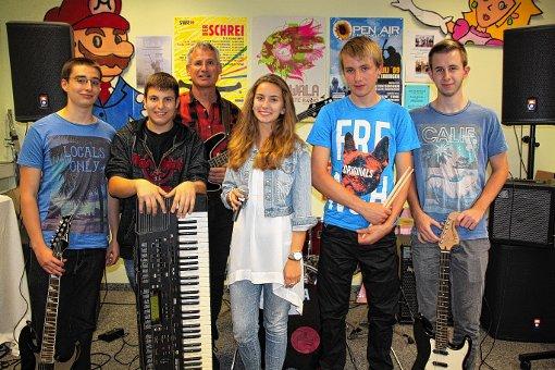 """Die """"Hobos"""" sind  Tizian Mathys, Fabricio Arend, Michael Reidick, Luise-Sophie Löprich, Felix Neuschütz und Simon Reidick (von links).  Foto: Gerd Lustig Foto: Die Oberbadische"""