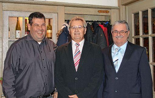 Bürgermeister Peter Schelshorn (links) und Firmenchef Egon  Karle (rechts) freuen sich mit Jubilar Martin Steinebrunner.    Foto: zVg Foto: Markgräfler Tagblatt