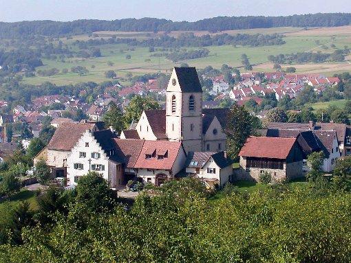 Der Röttler Kirchberg, der Chilft. Nur die Kirche und links das Landschaftshaus mit dem Staffelgiebel waren nach den Kriegen des 17. Jahrhunderts stehengeblieben.   Foto: Wolfgang Göckel Foto: Die Oberbadische