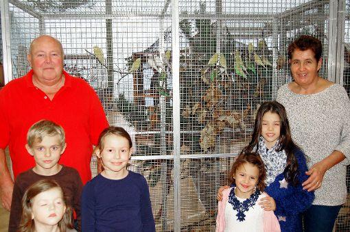 Junge Tierliebhaber mit der Vereinsvorsitzenden Susanne Osswald und deren Stellvertreter Klaus Güdemann.                Foto: Peter Ade Foto: Die Oberbadische