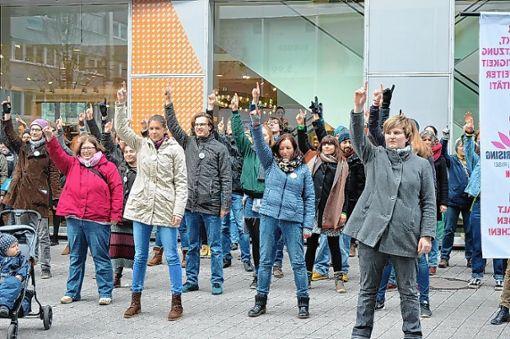 Ein Zeichen gegen Gewalt setzten im vergangenen Jahr gut 50 Teilnehmer der Tanzdemo auf dem  Chesterplatz. (Archivfoto) Foto: Adrian Steineck