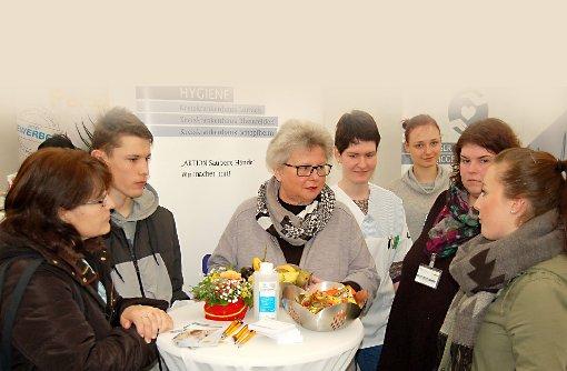 Auch über Gesundheits- und Sozialberufe wurde auf der Job- und Bildungsmesse CULT umfangreich informiert; hier am Stand der  Krankenpflegeschule Lörrach mit Leiterin Christina Ade-Schwöble (Mitte).  Foto: Peter Ade Foto: Die Oberbadische