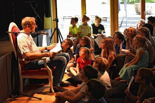 Armin Schuster beim Vorlesen    Foto: zVg/Junkov Foto: Die Oberbadische