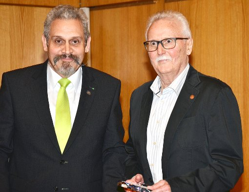 """Thomas Misch (links) ehrte Willi Müller vom TV Haltingen, der von der Jury in der Kategorie """"Ehrenamt im Sportverein"""" gewählt wurde.  Foto: B. Kohler Foto: Weiler Zeitung"""