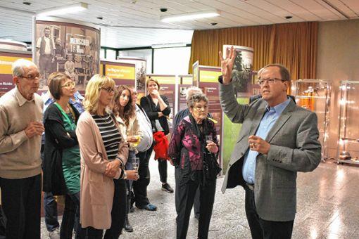 Rainer Brüning, Referatsleiter im Landesarchiv Karlsruhe, führte die Gäste der Eröffnungsveranstaltung durch die Ausstellung.     Foto: Rolf Reißmann Foto: Die Oberbadische