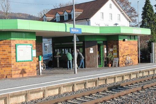 Früher hatte Grenzach-Wyhlen drei Bahnstationen. Heute gibt es nur noch zwei – hier der Bahnhalt in Wyhlen.   Foto: Tim      Nagengast Foto: Die Oberbadische