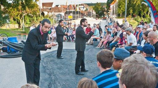 Von Theater über Clownereien, Akrobatik und Musik bieten die Rheinfelder Brückensensationen ein unterhaltsames Programm für Groß und Klein. Foto: Alexander Anlicker Foto: anl