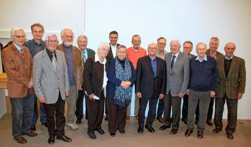 Der Vorstand der Kolpingfamilie Lörrach mit dem Großteil der insgesamt 20 geehrten Mitglieder. Foto: Peter Ade