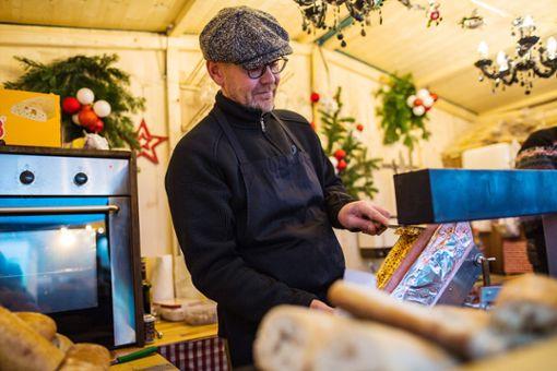 Nicht alle Weihnachtsmarkt-Beschicker haben ein wärmendes Raclette-Gerät in ihren Buden.   Foto: Kristoff Meller Foto: Die Oberbadische