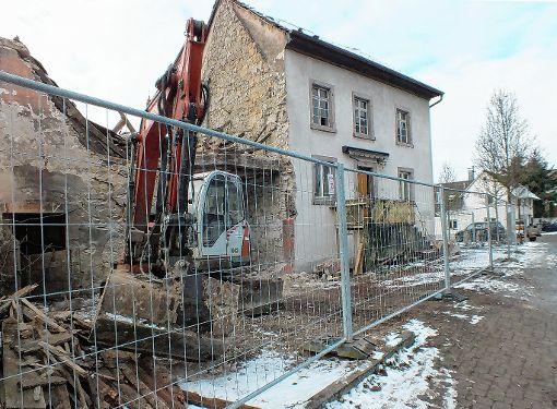 Nach dem Abriss des alten Gebäudes wird die Gemeinde Fischingen in der Dorfstraße einen Neubau erstellen.    Foto: Daniela Buch Foto: Weiler Zeitung