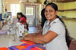 Näherin Rohini ist glücklich über ihre Arbeit im EDC. Foto: Markgräfler Tagblatt