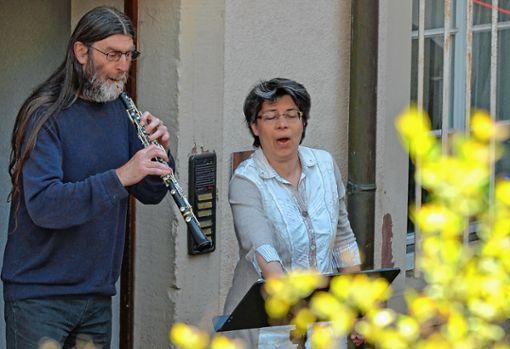 Die Sopranistin Birte Niemann und der Oboist Hansjürgen Wäldele spielten zu einem gefälligen Matinee-Konzert vor dem Atelier von Max Meinrad Geiger auf.   Foto: Manfred Herbertz Foto: Die Oberbadische