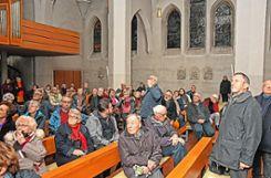 Sehr viele Besucher nahmen an der  außergewöhnlichen Führung mit Helmut Bauckner und Benno Westermann in der eigens abgedunkelten Kirche St. Georg teil. Foto: Manfred Herbertz