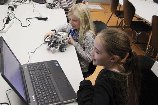 """Teilnehmerinnen beim """"Robotic Girls´ Day"""". Foto: zVg"""