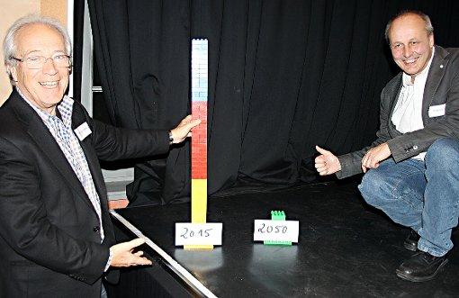 An zwei Bauklotzsäulen veranschaulichten Otmar Donnenberg (l.) und Armin Bobsien, wie stark der CO2-Ausstoß bis 2050 sinken muss.  Foto: Markus Greiß Foto: Die Oberbadische